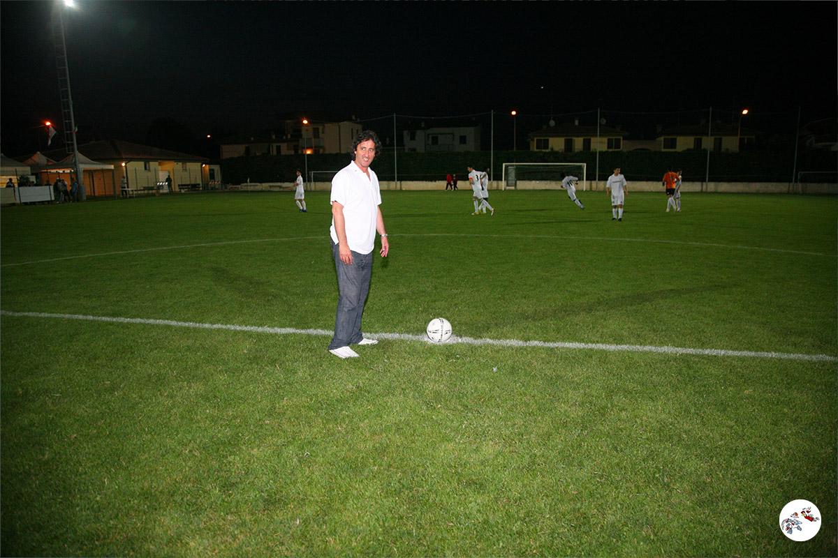 Fernando De Napoli a centrocampo per il calcio d'inizio della finale S.Antonio - Reno Centese (2012)