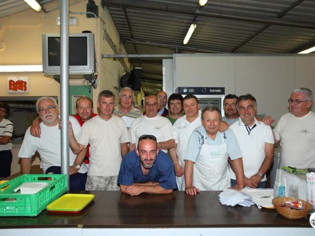 I dirigenti del GS Gallo sotto allo stand preparano i piatti durante il Torneo