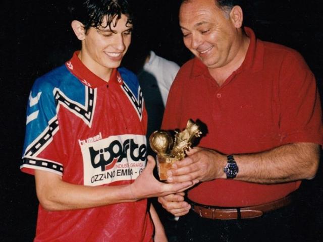 Il Presidente AIA di Ferrara, signor Luciano Manzoli, premia il Goleador dell'Ozzanese del Torneo Govoni del 2000