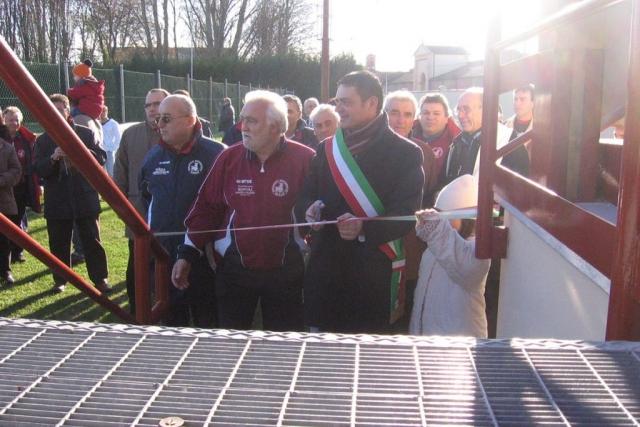 Il Sindaco Paolo Pavani taglia il nastro per l'inaugurazione della tribuna - Dicembre 2006