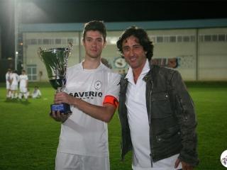 Fernando De Napoli consegna il Trofeo Govoni al Capitano del Sant'Antonio, Alessandro Caruso, Seconda Classificata del 2012
