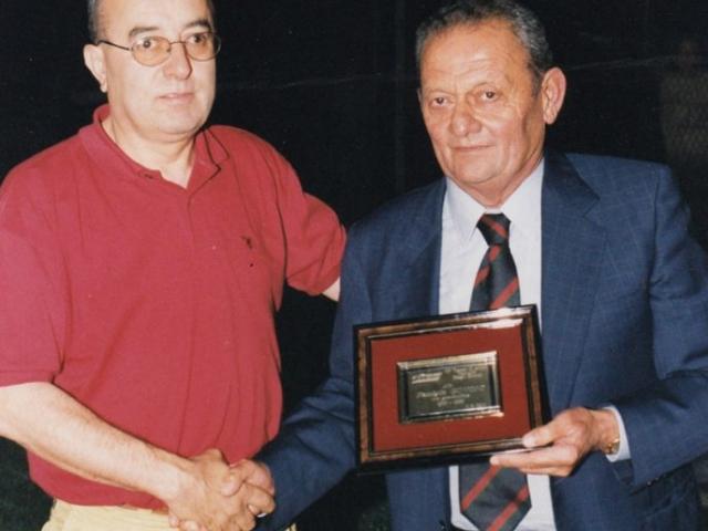 Franco Govoni riceve una targa dal Presidente del G.S. Gallo Loreno Ravolino per i 10 anni del Torneo Biagio Govoni
