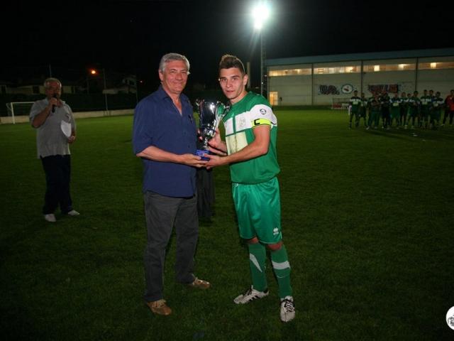 Il Presidente del C.R.E.R. Paolo Braiti premia il capitano Caleffi della Società C.S. Sant'Agostino, 3° classificata